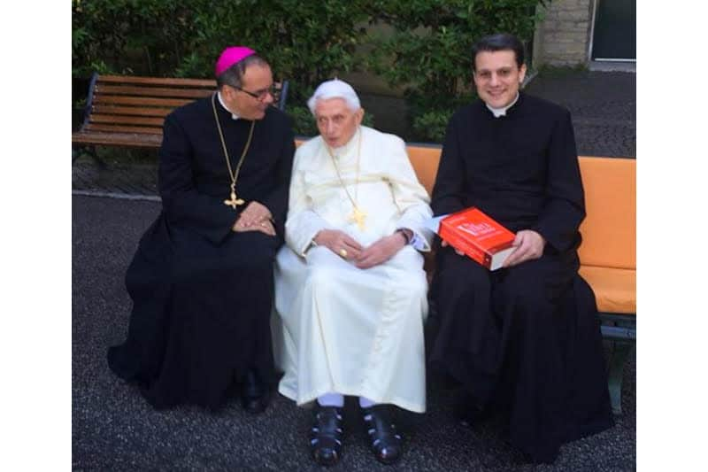 don Mauro Gagliardi con il papa emerito Benedetto XVI