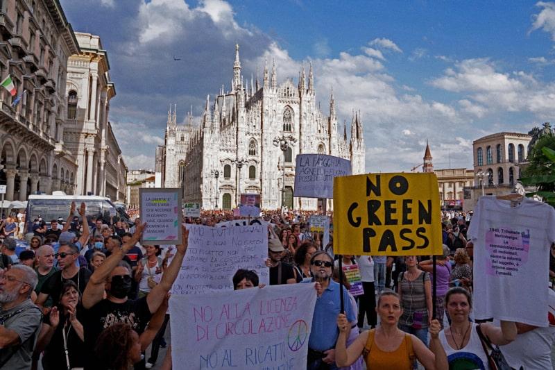 Milano, Corteo dei No Green Pass in Piazza Duomo e Scala (Milano - 2021-08-07, DUILIO PIAGGESI) p.s. la foto e' utilizzabile nel rispetto del contesto in cui e' stata scattata, e senza intento diffamatorio del decoro delle persone rappresentate