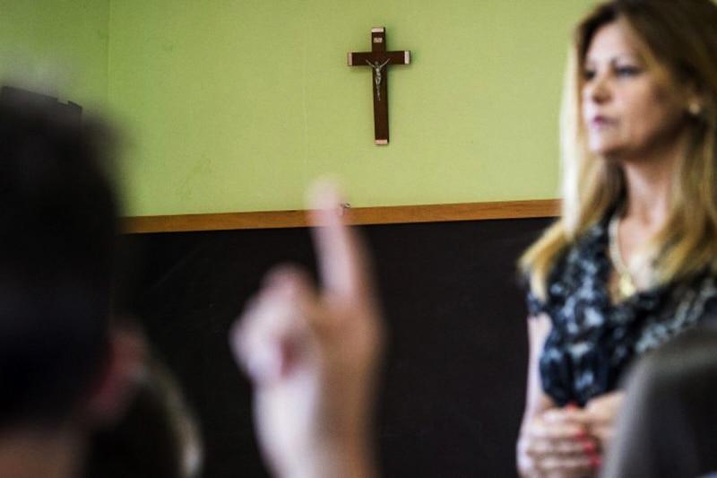 Insegnante crocefisso scuola