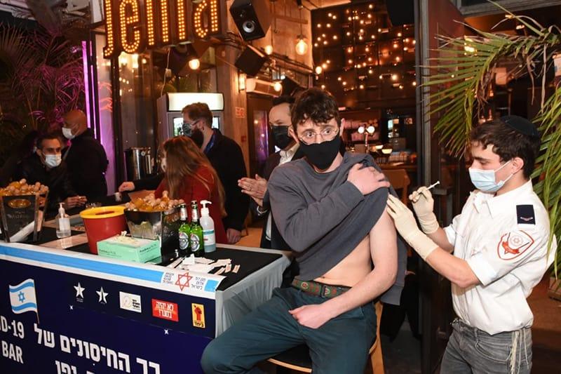 Israele vaccino covid giovane