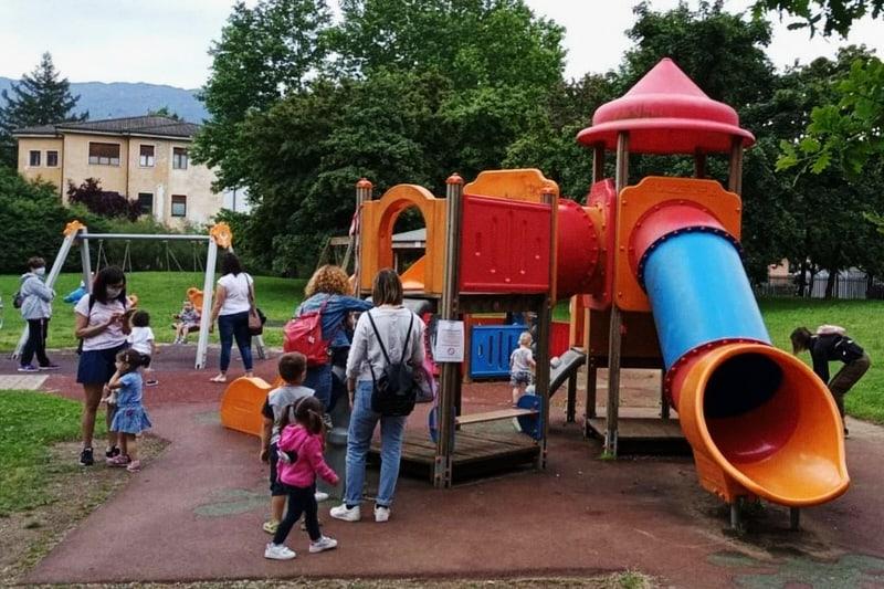 bambini scivolo parco giostre