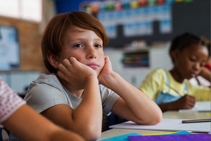 bullismo bambino triste scuola classe compiti