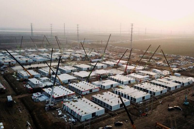 """Questa foto aerea scattata il 16 gennaio 2021 mostra le strutture di quarantena centralizzate in costruzione, dove le persone a rischio di contrarre il coronavirus Covid-19 devono essere messe in quarantena a Shijiazhuang, nella provincia settentrionale di Hebei dopo che la provincia ha dichiarato uno """"stato di emergenza"""". (Foto di STR / CNS / AFP) / China OUT (Foto di STR/CNS/AFP via Getty Images)"""
