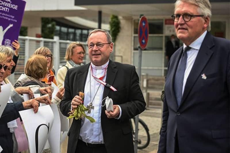 I co-presidenti del progetto del cammino sinodale tedesco, il vescovo Georg Bätzing, presidente della conferenza episcopale tedesca, e Thomas Sternberg, presidente del Comitato centrale dei cattolici tedeschi (CNS photo/Julia Steinbrecht, KNA)