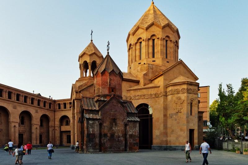 La chiesa di San Katoghike, Santa Madre di Dio. La piccola chiesa rappresenta una miracolosa testimonianza dell'antica Yerevan, uno dei pochi edifici della capitale armena non distrutti in epoca zarista o sovietica. Affrescata e scolpita, è un luogo religioso molto importante dove i fedeli si recano per pregare e accendere una candela. I riti si svolgono nell'attigua chiesa di Sant'Anna, nuova e spaziosa, che assieme alla Katoghike forma un bellissimo complesso architettonico.