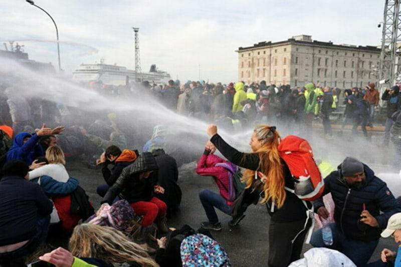 Idranti contro manifestanti Porto Trieste 18 ottobre 2021 Giovanni Aiello