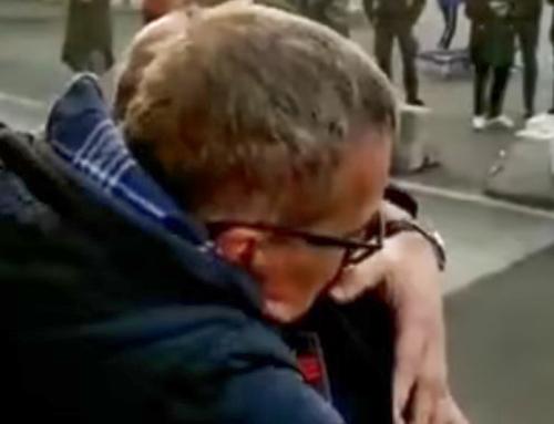 Il commovente abbraccio fraterno tra poliziotto e portuale genovese che manifesta contro il green pass