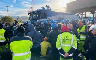 La polizia fa sgomberare i manifestanti che stazionano davanti al Varco 4 di Trieste, 18 ottobre 2021. ANSA/Alice Fumis